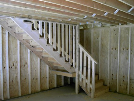 Garage Feature Full Staircase